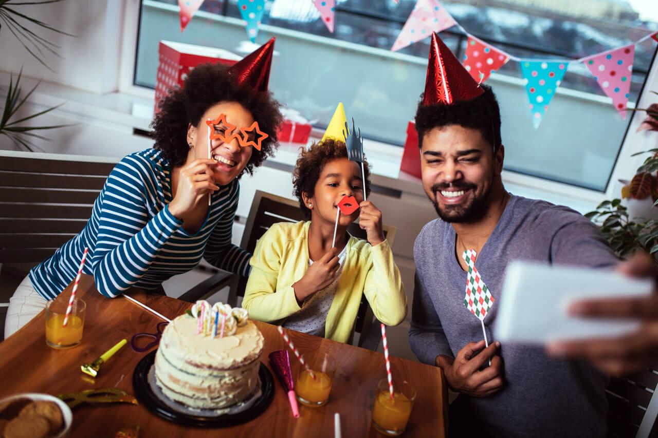 Γενέθλια στην καραντίνα: Πως θα ευχηθείς στους φίλους σου Χρόνια Πολλά
