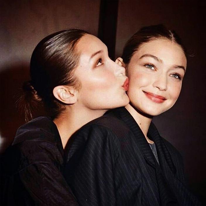 Τζίτζι Χαντίντ: Οι φωτογραφίες που ανέβασε η Μπέλα για τα γενέθλια της αδελφής της είναι «συλλεκτικές» [pics]