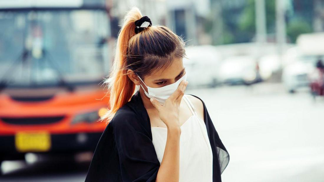 Μάσκες προσώπου: Πως πρέπει να τις φοράμε – Ποια λάθη κάνουμε [vid]