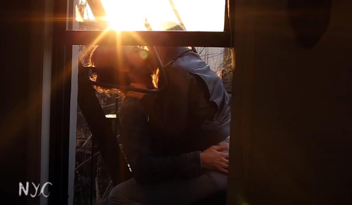 «Ας φιληθούμε πριν το τέλος του κόσμου»: Ζευγάρια διάσημα και μη φιλιούνται σε ένα βιντεοκλίπ για τον κορονοϊό [vid]