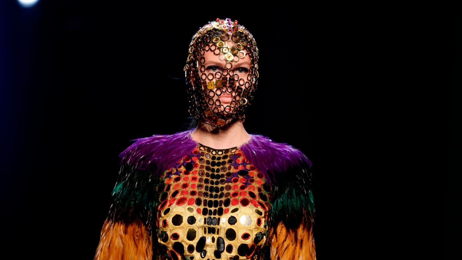 Jean Paul Gaultier: Το τρομερό «παιδί» της μόδας κάνει τις μάσκες τέχνη [pics]