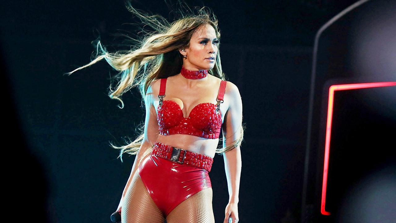 Jennifer Lopez: Χορεύει Dirty Dancing μέσα στη βροχή σε ένα homemade βίντεο [vid]