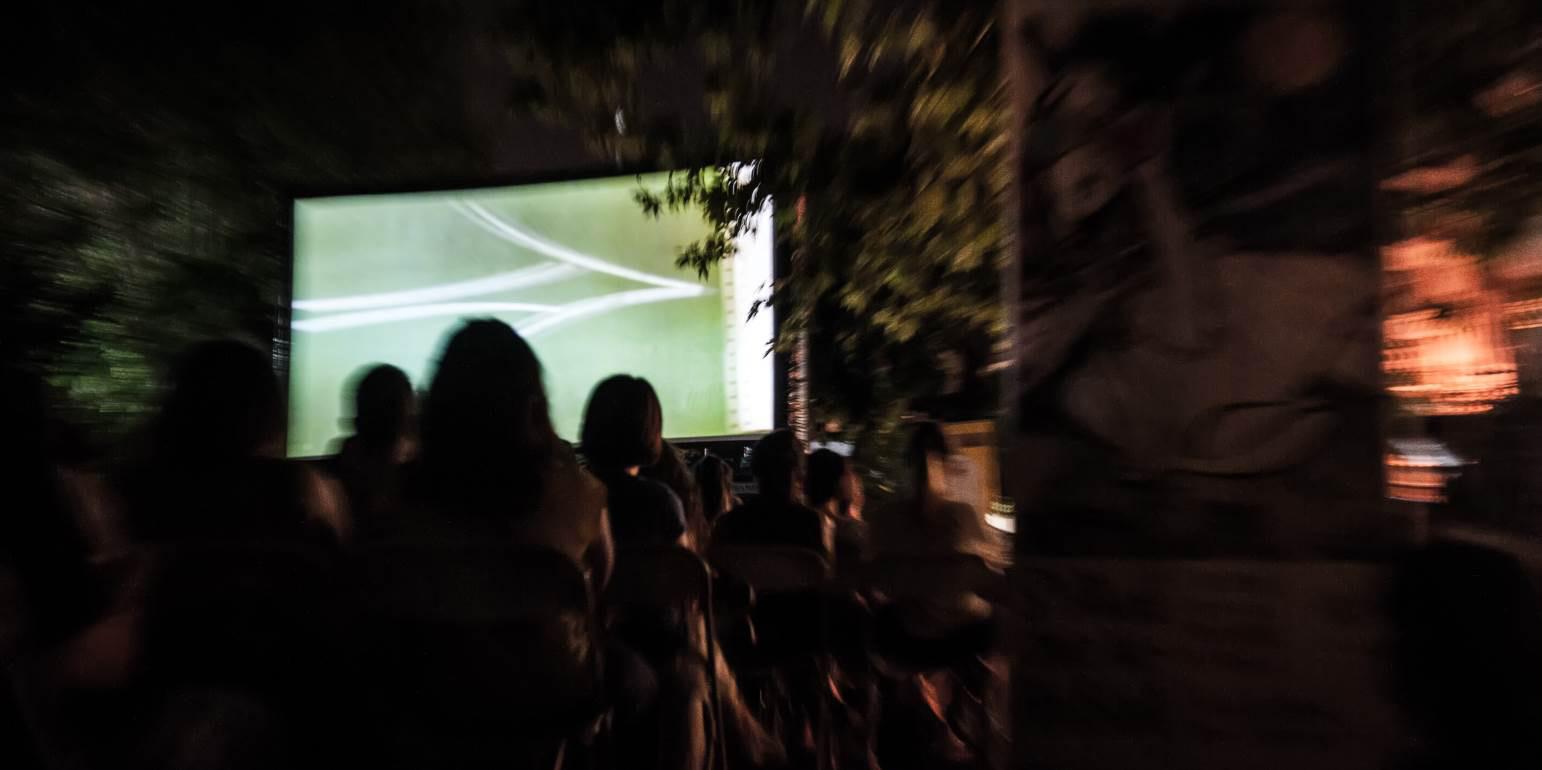 «Λαΐς»: Ανοίγει ο ιστορικός θερινός κινηματογράφος και μας υποδέχεται με τη «Μπαλάντα της Τρύπιας καρδιάς» [vid]