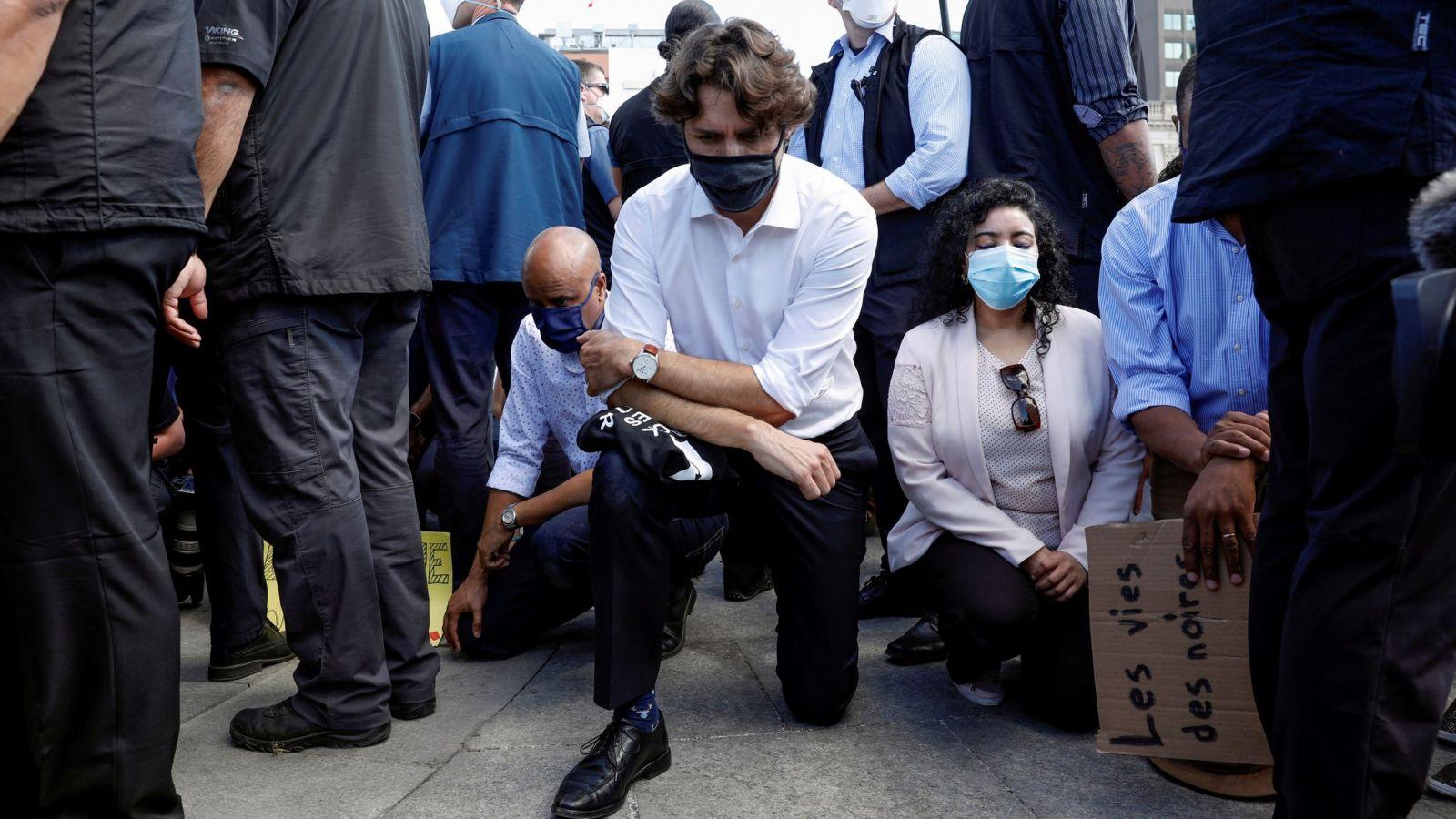 Τζαστίν Τριντό: Ο πρωθυπουργός του Καναδά γονατίζει σε διαδήλωση κατά του ρατσισμού [vid]