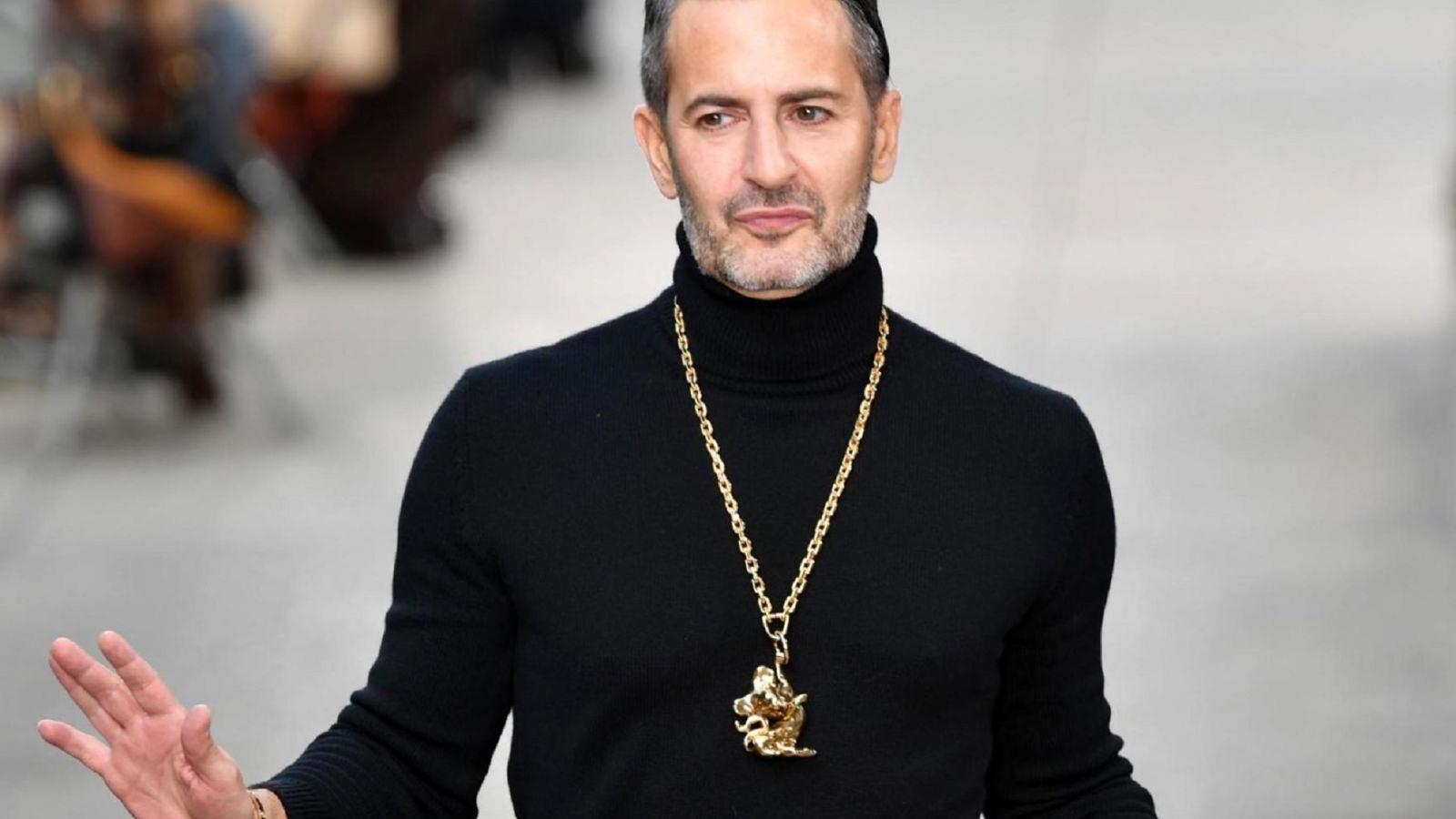 Marc Jacobs: Ένα σπασμένο τζάμι δεν μπορεί να τον κάνει να σωπάσει – «Βία είναι ο ρατσισμός»