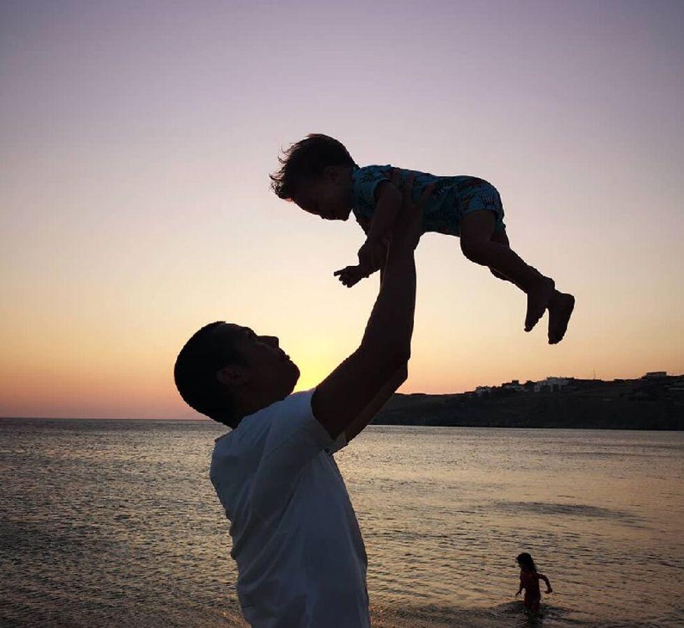 Σωτήρης Κοντιζάς: Τι έκανε στη Μύκονο με τον γιο του [vid]