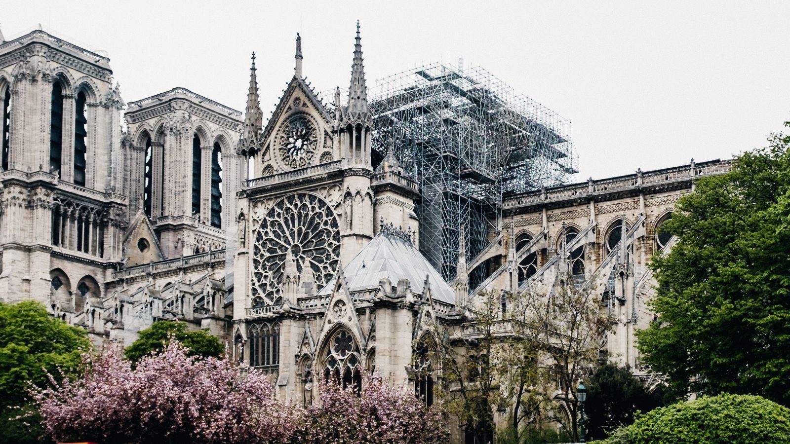 Δείτε εντυπωσιακά βίντεο από την αφαίρεση της σκαλωσιάς για την αποκατάσταση της Παναγίας των Παρισίων [vids]