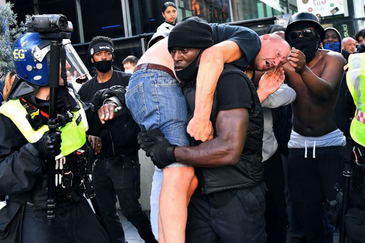 Για τον Πάτρικ Χάτσινσον All Lives Matter: O μαύρος διαδηλωτής που έσωσε έναν λευκό ακροδεξιό από την οργή του πλήθους [pic]