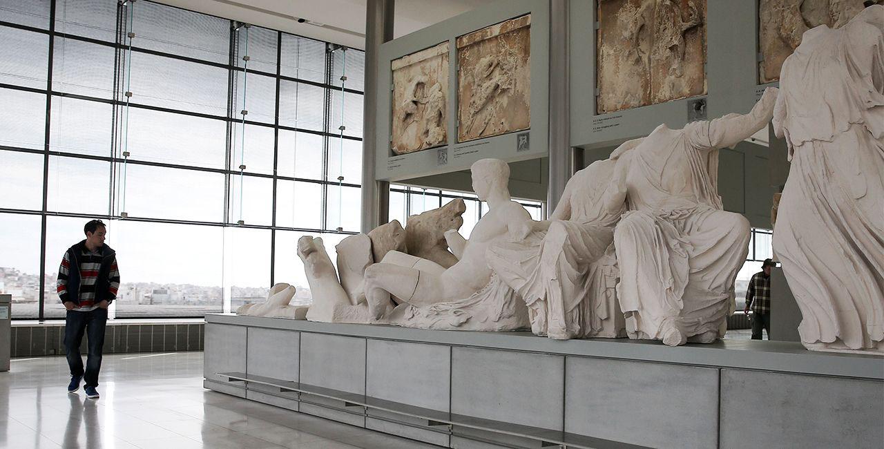 Μουσείο Ακρόπολης: Τμήμα ανδρικής κεφαλής της ζωφόρου του Παρθενώνα επιστρέφει στην αρχική της θέση