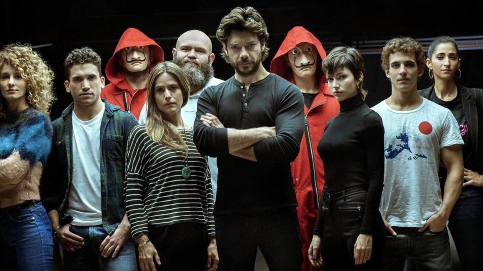La Casa de Papel: Ο Άλεξ Πίνα ανακοίνωσε τη συνέχεια της σειράς με τον πιο  πρωτότυπο τρόπο [pic]