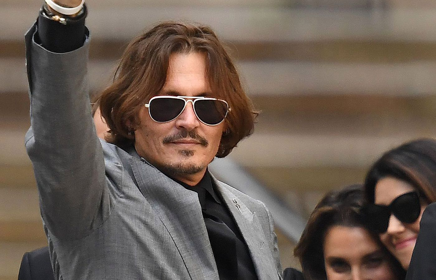 Johnny Depp: Κέρδισε την πρώτη μάχη – Η υψωμένη γροθιά και οι ευχαριστίες στους θαυμαστές του [pics & vid]