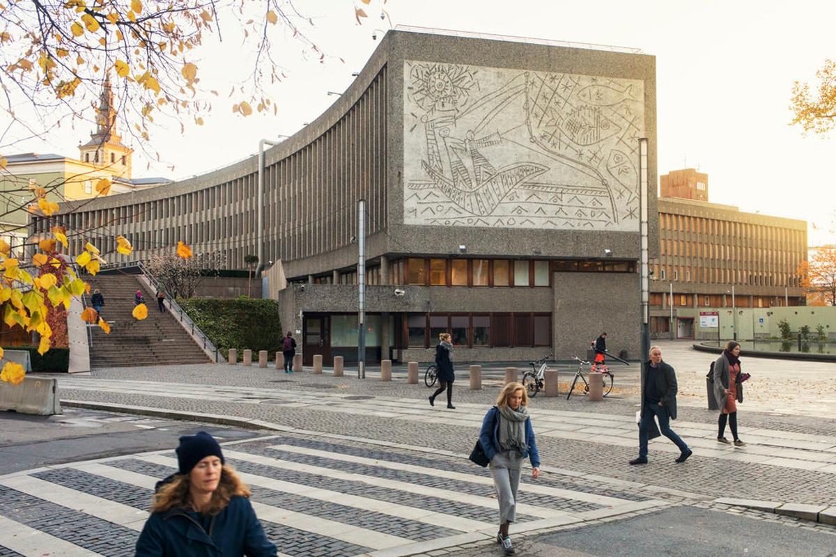 Picasso: Δύο μνημειακές τοιχογραφίες του καλλιτέχνη αφαιρέθηκαν από κυβερνητικό κτίριο στο Όσλο, γλυτώνοντας την κατεδάφιση