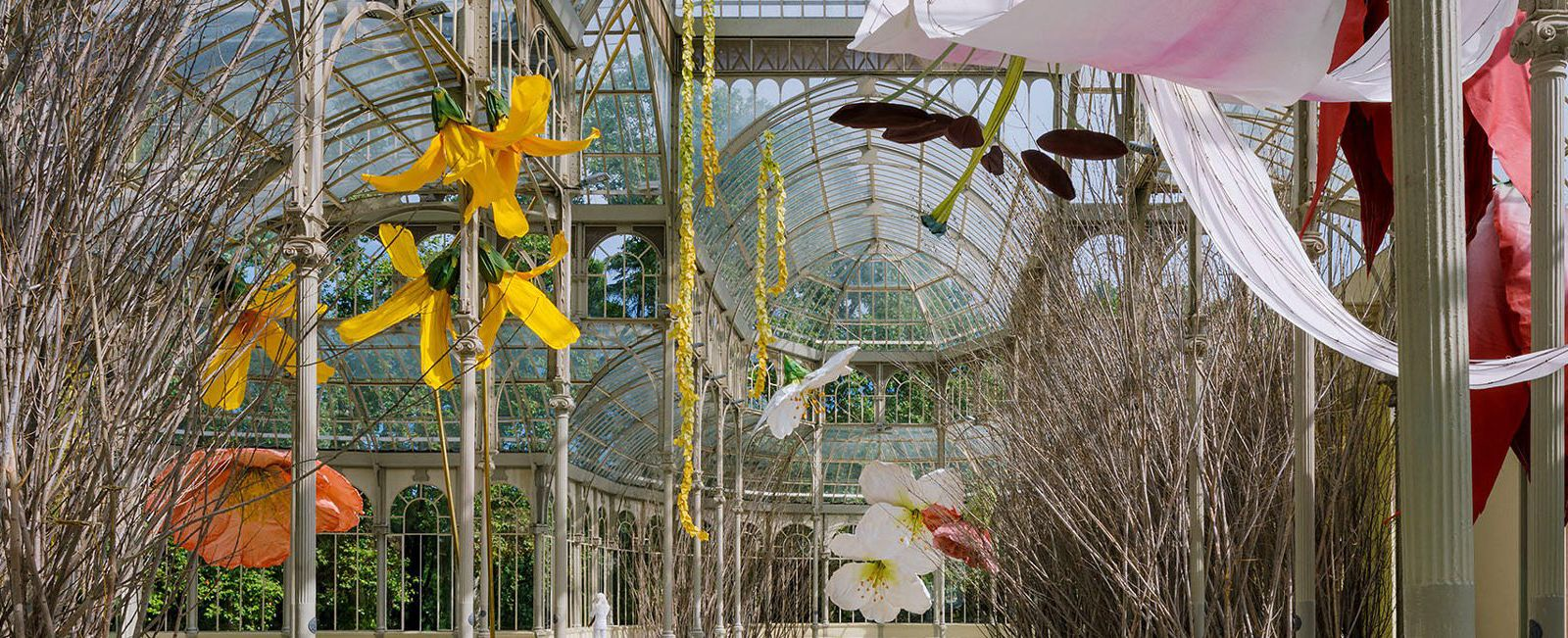 Petrit Halilaj: Τεράστια λουλούδια και φωλιές πουλιών σε διάλογο με το πάρκο της πόλης της Μαδρίτης