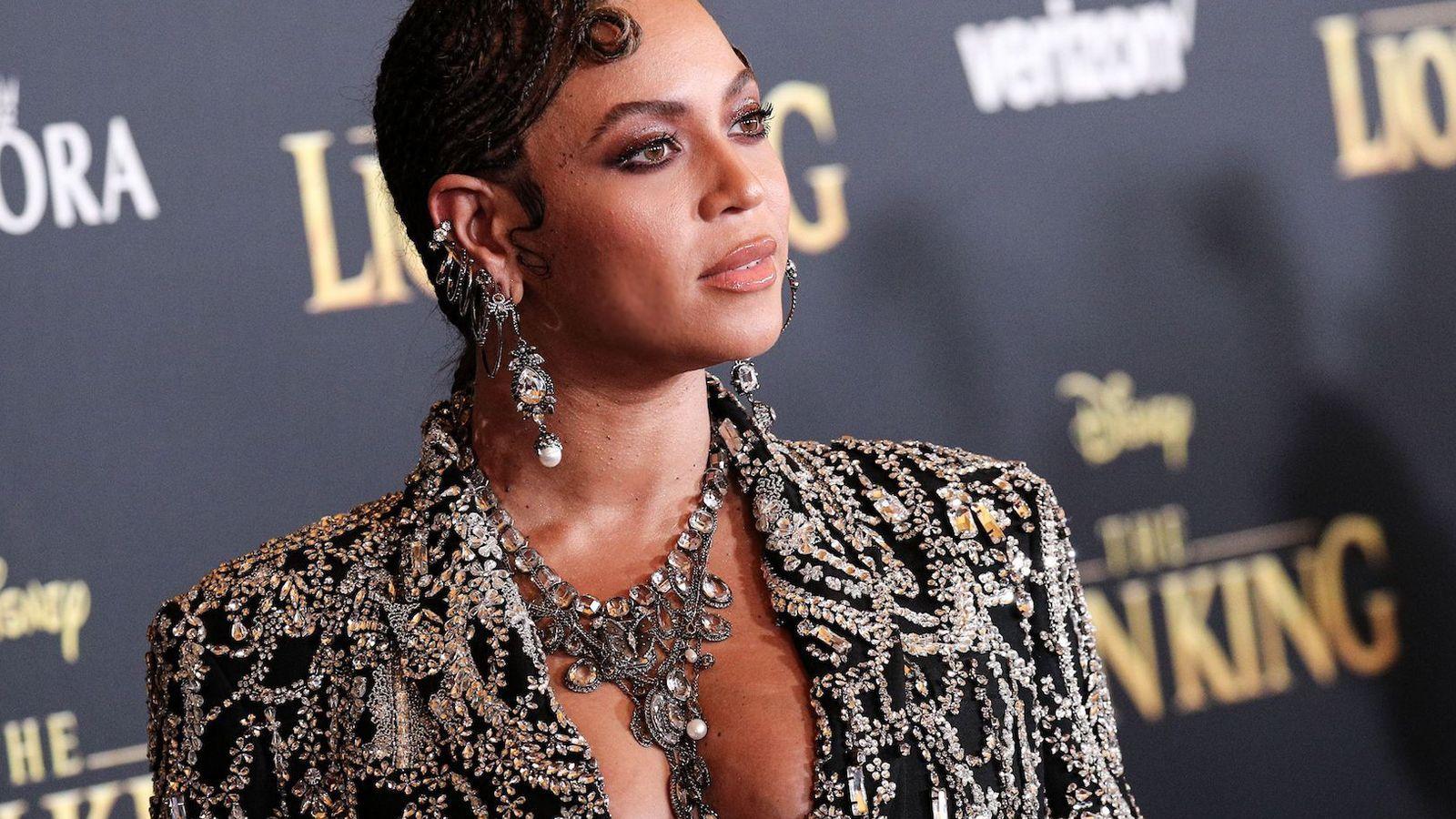 Beyoncé: Black is King – Απαστράπτουσα με το φόρεμα που σχεδίασε για αυτήν ο Vrettos Vrettakos [pics & vid]