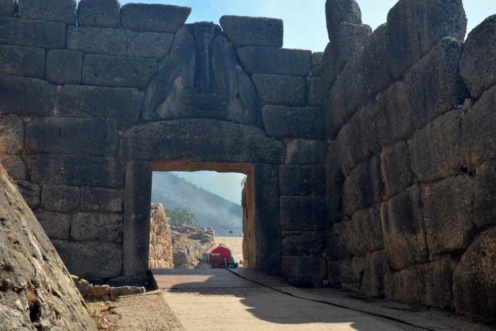 Φωτιά Μυκήνες: Οι εικόνες από τον αρχαιολογικό χώρο την επόμενη ημέρα της πυρκαγιάς – Αυτοψία Μενδώνη [pics]
