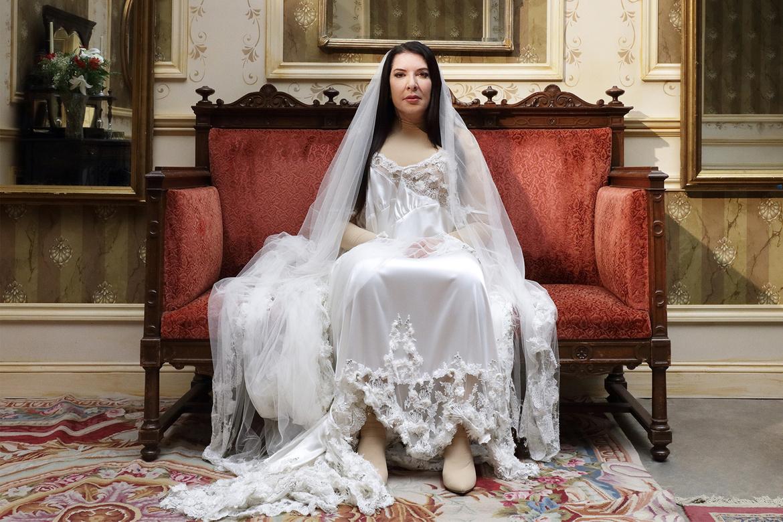 O οίκος Burberry «ντύνει» την Marina Abramović σε μια νέα όπερα για τη Μαρία Κάλλας