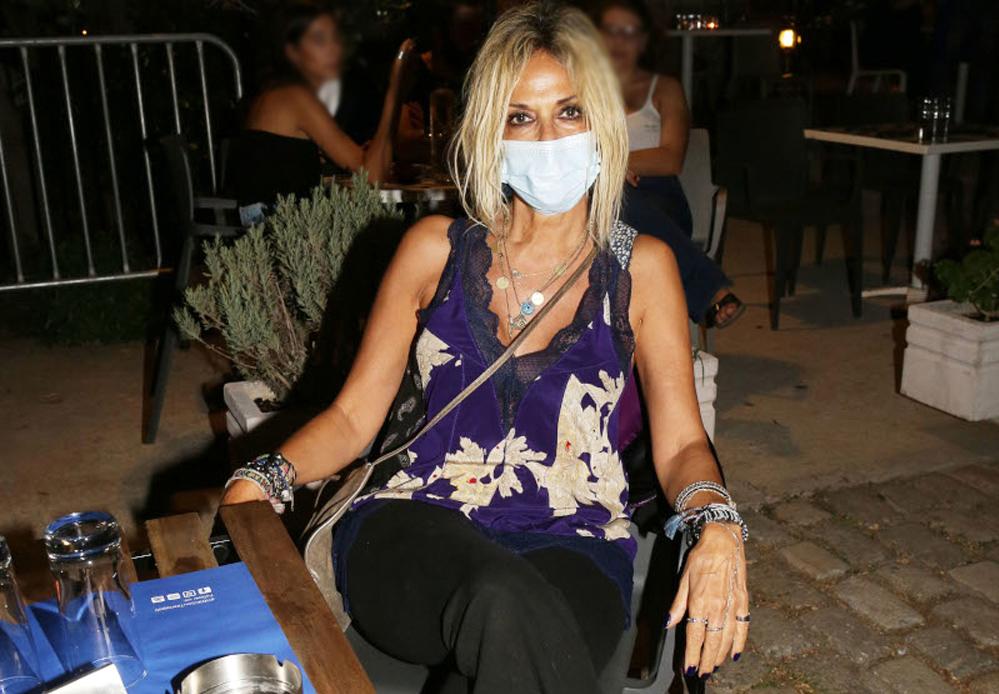 Άννα Βίσση: Ποια συναυλία συναδέλφου της παρακολούθησε φορώντας τη μάσκα της [pics]