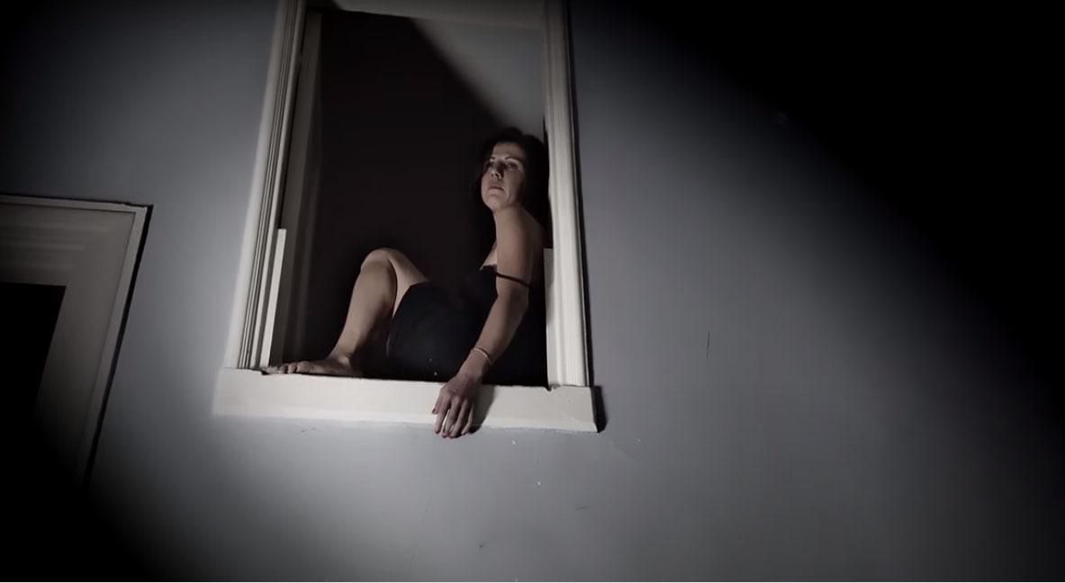 Γιώτα Νέγκα: Ένα τραγούδι κατά της ενδοοικογενιακής βίας [vid]