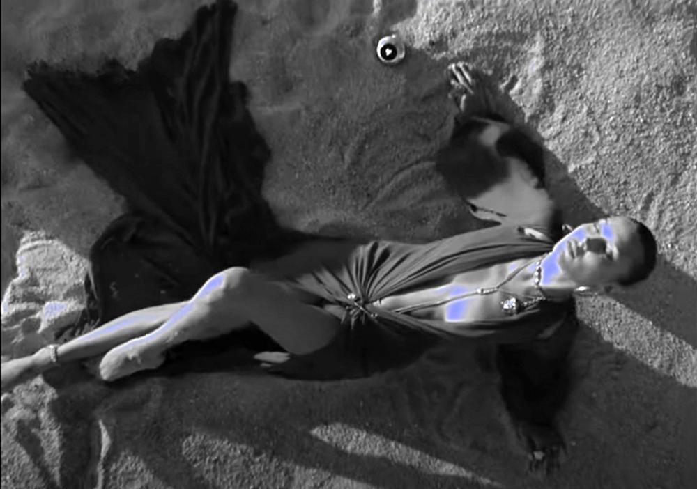 Βella Hadid: Έφερε ξανά το καλοκαίρι πρωταγωνιστώντας στο spot για το νέο άρωμα του οίκου Versace