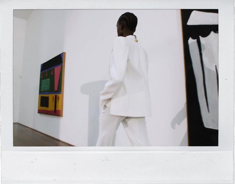 Victoria Beckham: Παρουσίασε τη νέα της SS21 συλλογή, από το σαλόνι του σπιτιού της