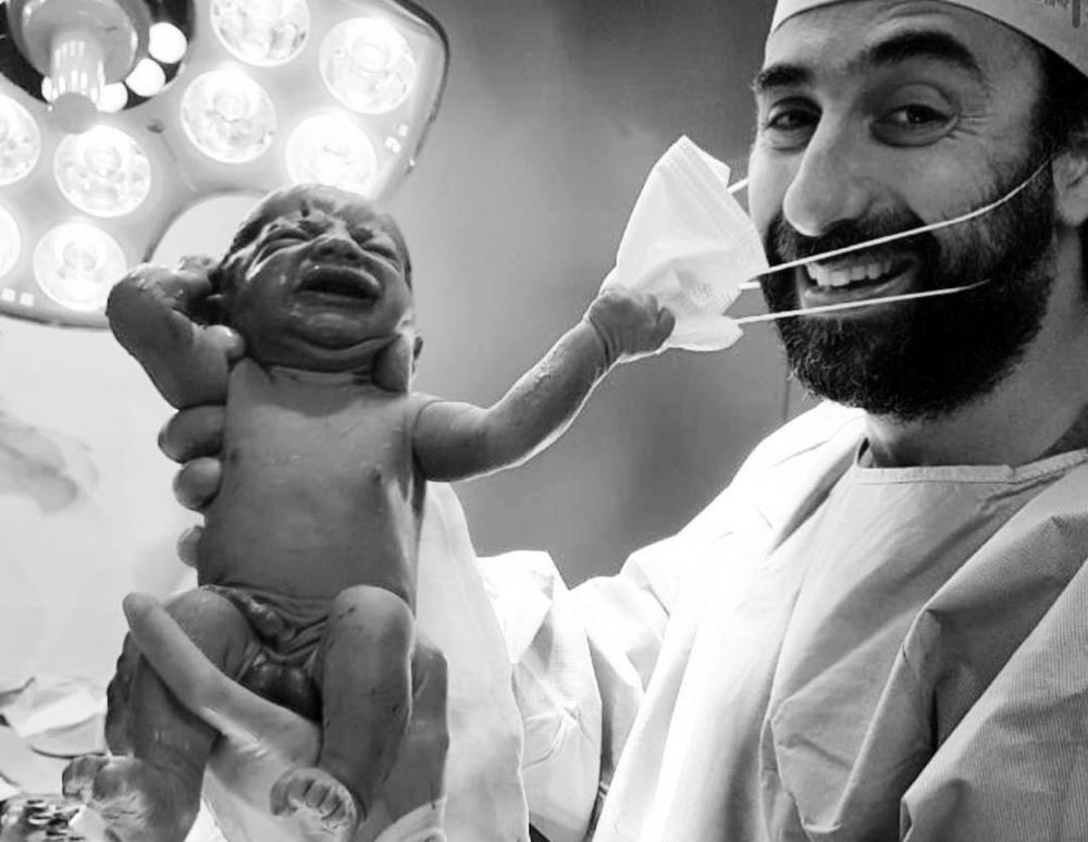 Η φωτογραφία του νεογέννητου που τραβάει τη μάσκα του γιατρού , έγινε viral μέσα σε λίγες ώρες [pic]
