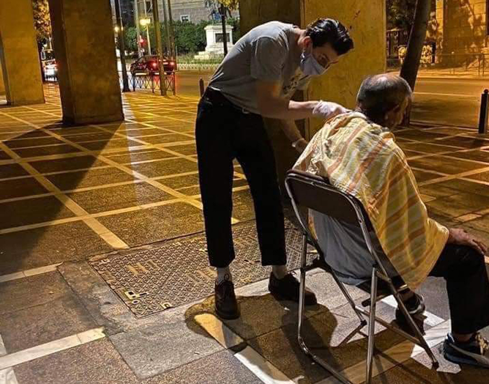 Τρεις κουρείς βγήκαν στους δρόμους της Αθήνας και περιποιήθηκαν άστεγους αφιλοκερδώς [pic]