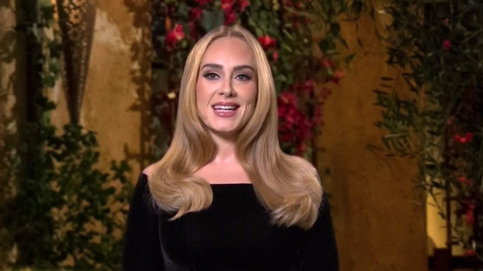 Adele: Η λαμπέρη εμφάνιση και τα αστεία για το βάρος της [vid]