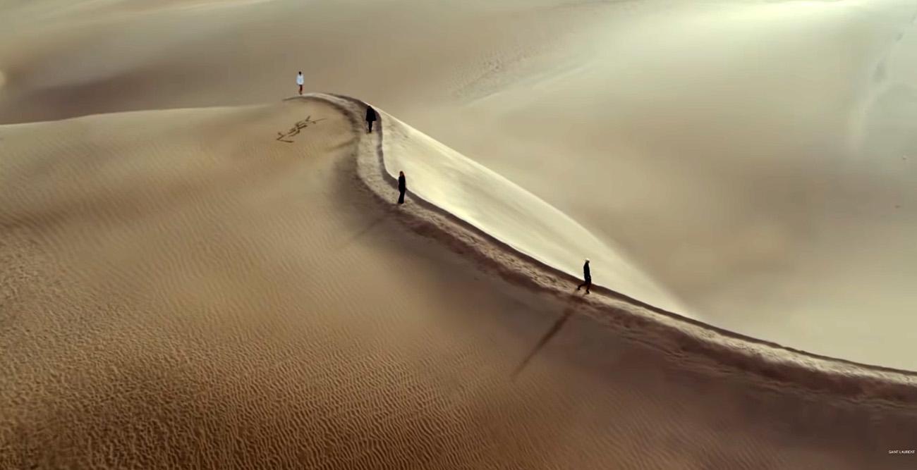 Saint Laurent: Ένα εκπληκτικό catwalk στην ερήμο για την συλλογή Summer '21