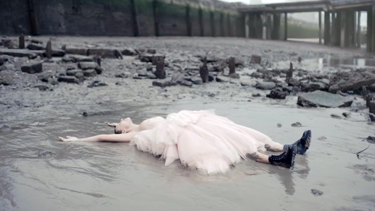 Alexander McQueen: Η «λασπωμένη» πασαρέλα στον Τάμεση – Απογυμνωμένη ομορφιά