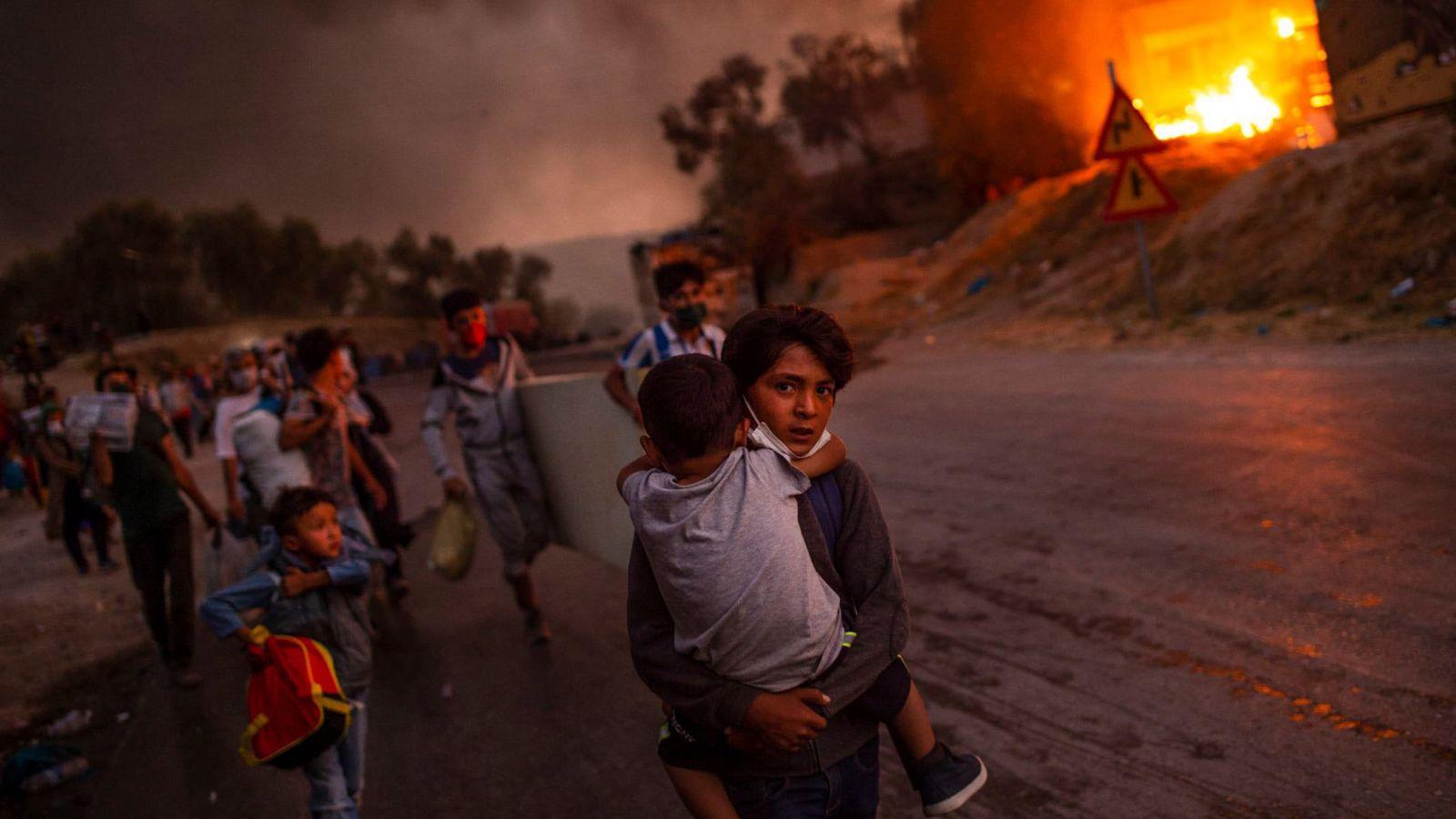 UNICEF – Φωτογραφία της χρονιάς: Η φλεγόμενη Μόρια του Έλληνα φωτογράφου Άγγελου Τζωρτζίνη [pic]