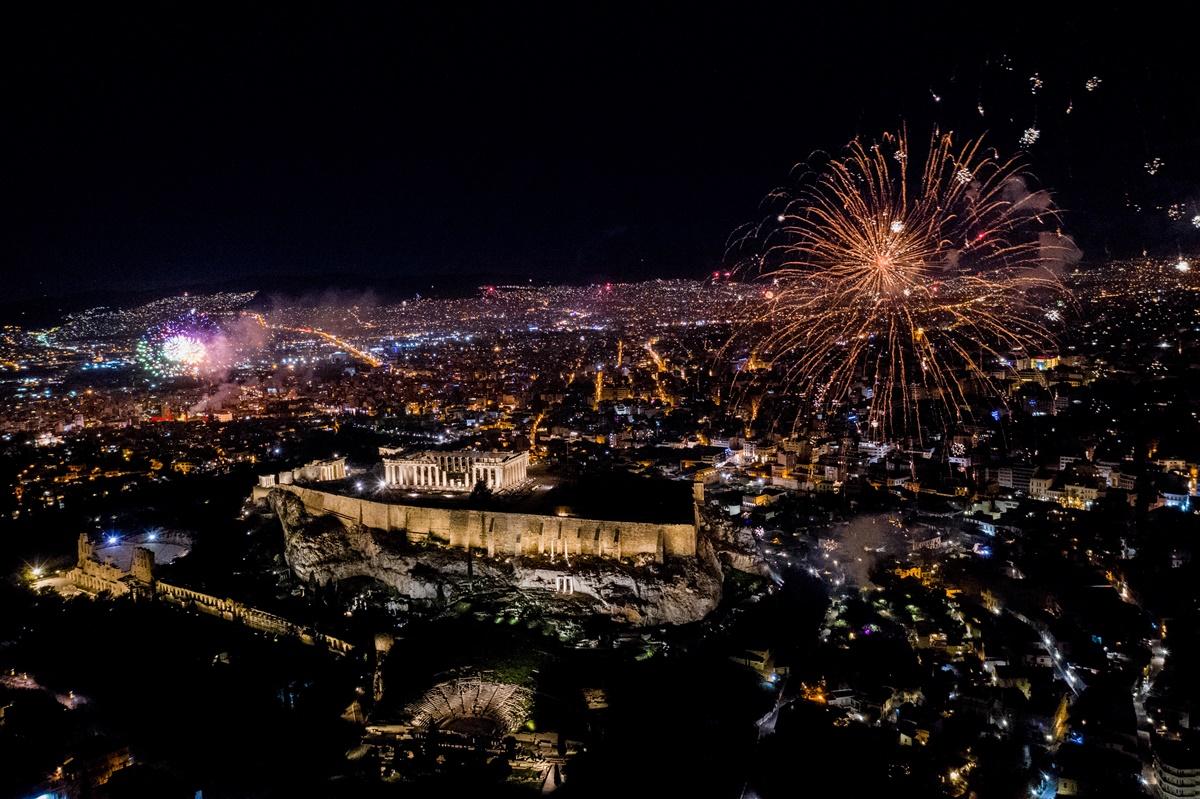 Αλλαγή χρόνου: Φαντασμαγορική υποδοχή του νέου έτους στην Αθήνα με άδειους δρόμους [vids & pics]