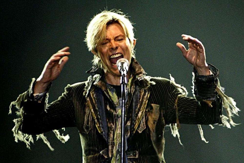 David Bowie: Πέντε χρόνια μετά το θάνατο του κυκλοφόρησαν οι διασκευές τραγουδιών του John Lennon και του Bob Dylan [vids]