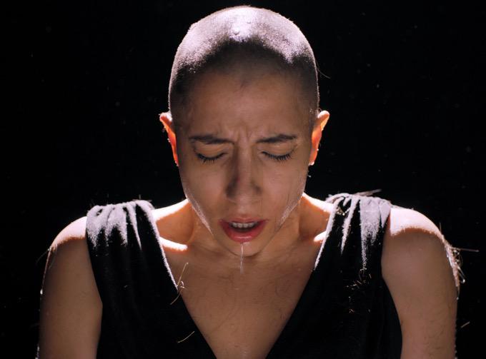 Νικολέτα Κωνσταντάκη: Ξυρίζει το κεφάλι της στο νέο βίντεο κλιπ και στηρίζει τις γυναίκες με καρκίνο του μαστού [vid]