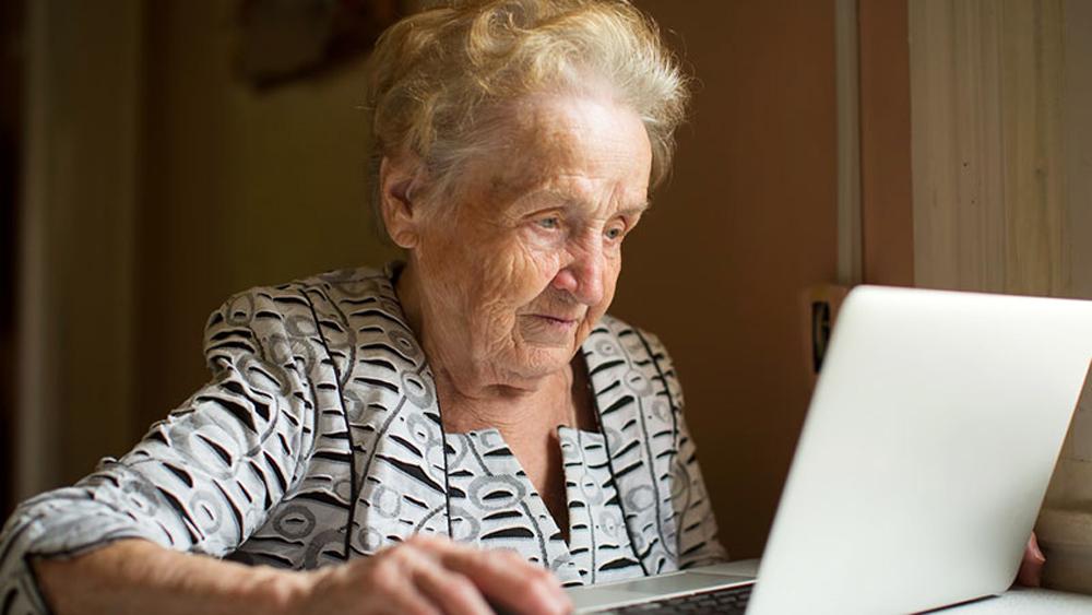 Οι ηλικιωμένοι σερφάρουν πλέον στο Διαδίκτυο και ψωνίζουν ηλεκτρονικά λόγω… κορονοϊού