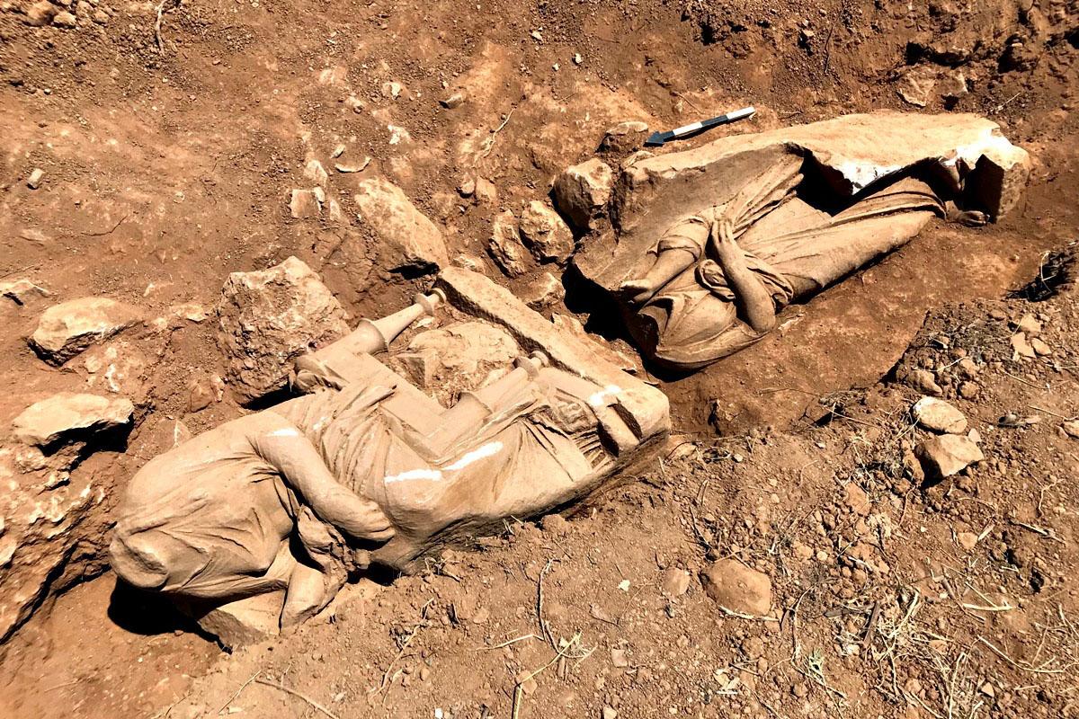 Παιανία: Βρέθηκε σε καλή κατάσταση ταφικό μνημείο με δύο γυναικείες μορφές [pics]