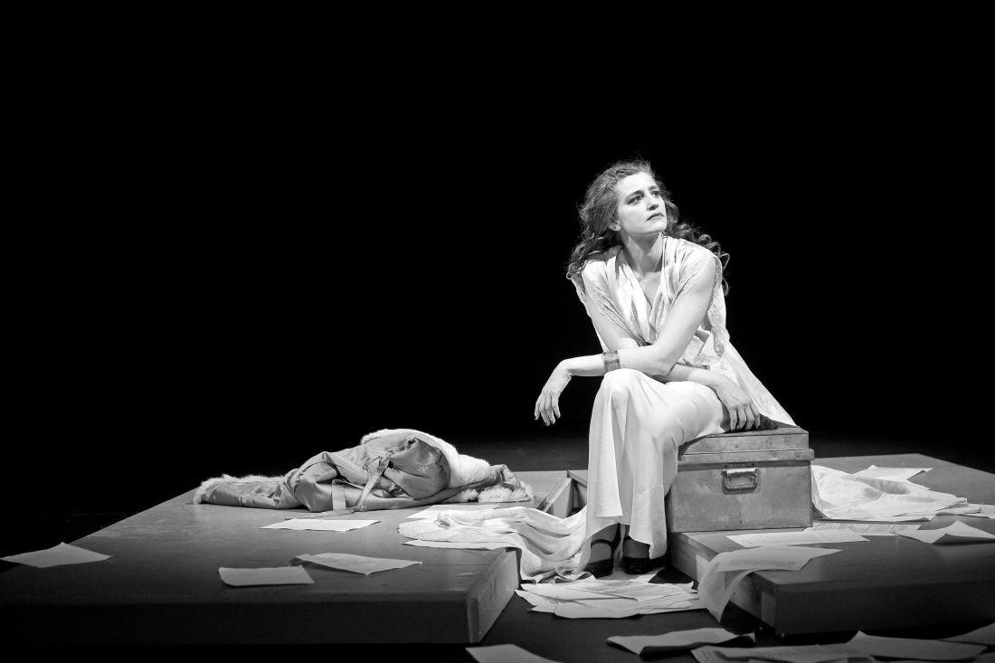 «Για την Ελένη»: Διαδικτυακή προβολή της παράστασης με πρωταγωνίστρια την Μαρία Κίτσου