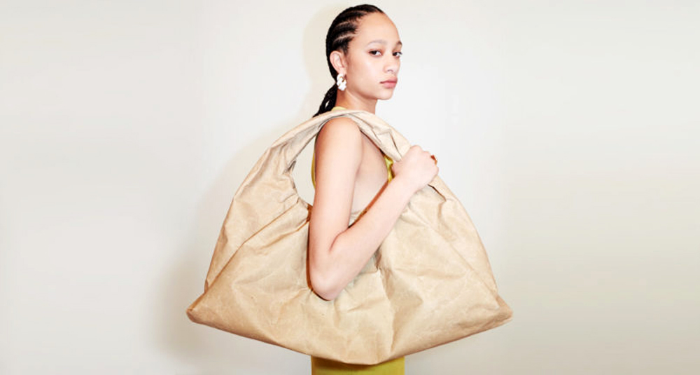 Bottega Veneta: Η νέα χάρτινη τσάντα της είναι ότι πιο κομψό και σύγχρονο έχουμε δει