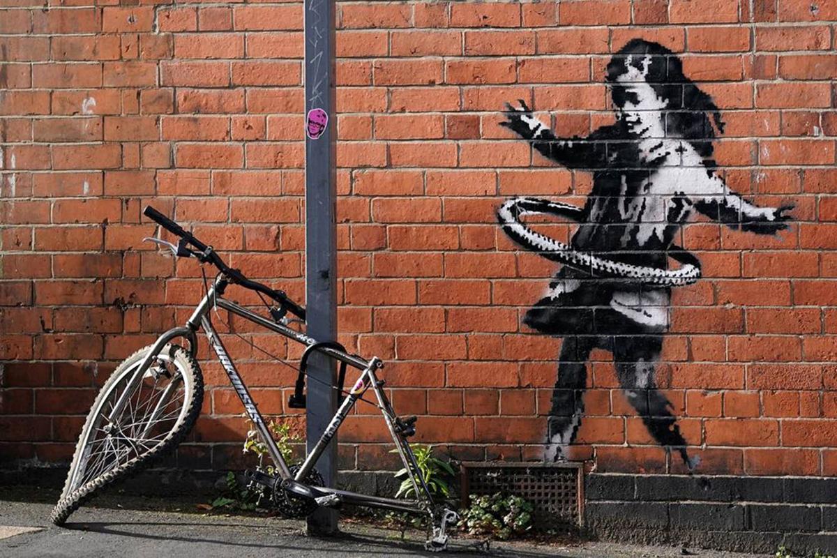 Banksy: Το «κορίτσι με το χούλα-χουπ» αφαιρέθηκε από τον τοίχο στο Νότινγκχαμ και χρυσοπουλήθηκε