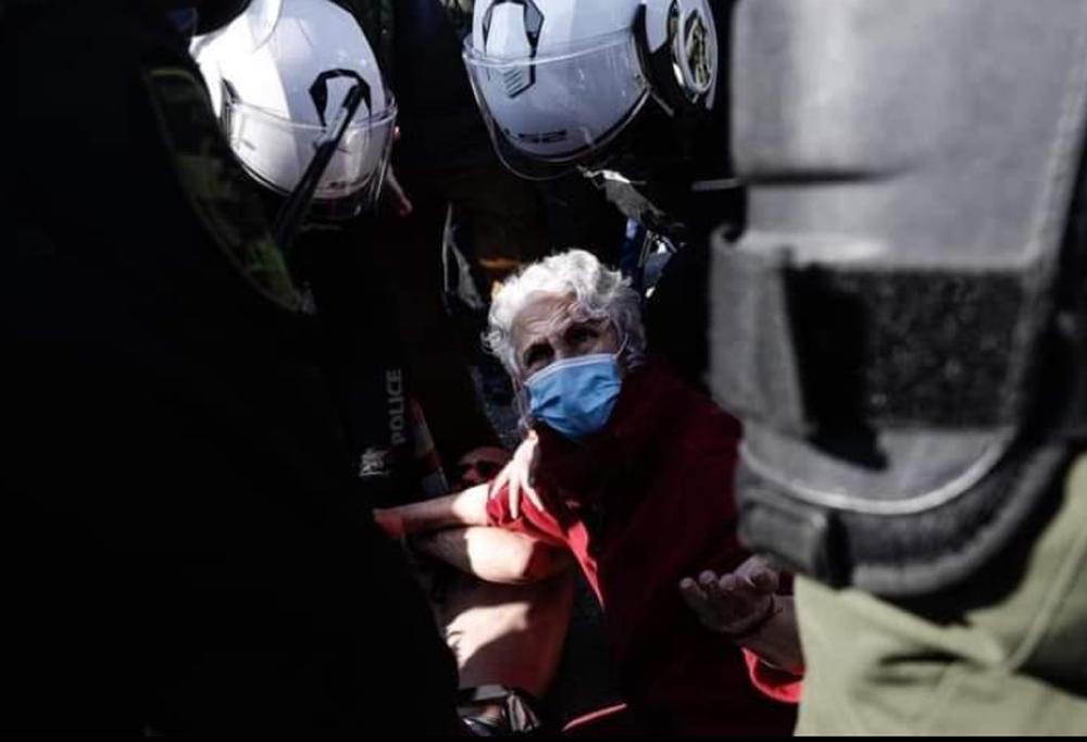 Κατερίνα Ριτσάτου: Η καθηγήτρια του ΑΠΘ που προστάτευσε τον φοιτητή από τα ΜΑΤ [pic]